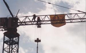 In bilico a trentacinque metri d'altezza (foto bracebracebrace)