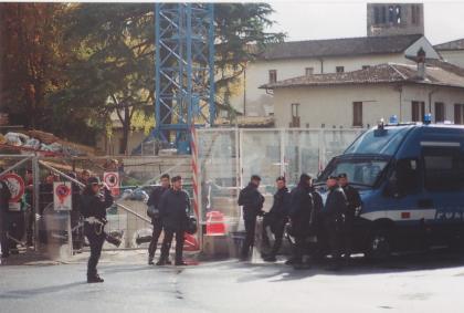 La polizia presidia dopo lo sgombero (foto bracebracebrace)