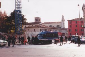 Lo schieramento di polizia attorno al cantiere (foto bracebracebrace)