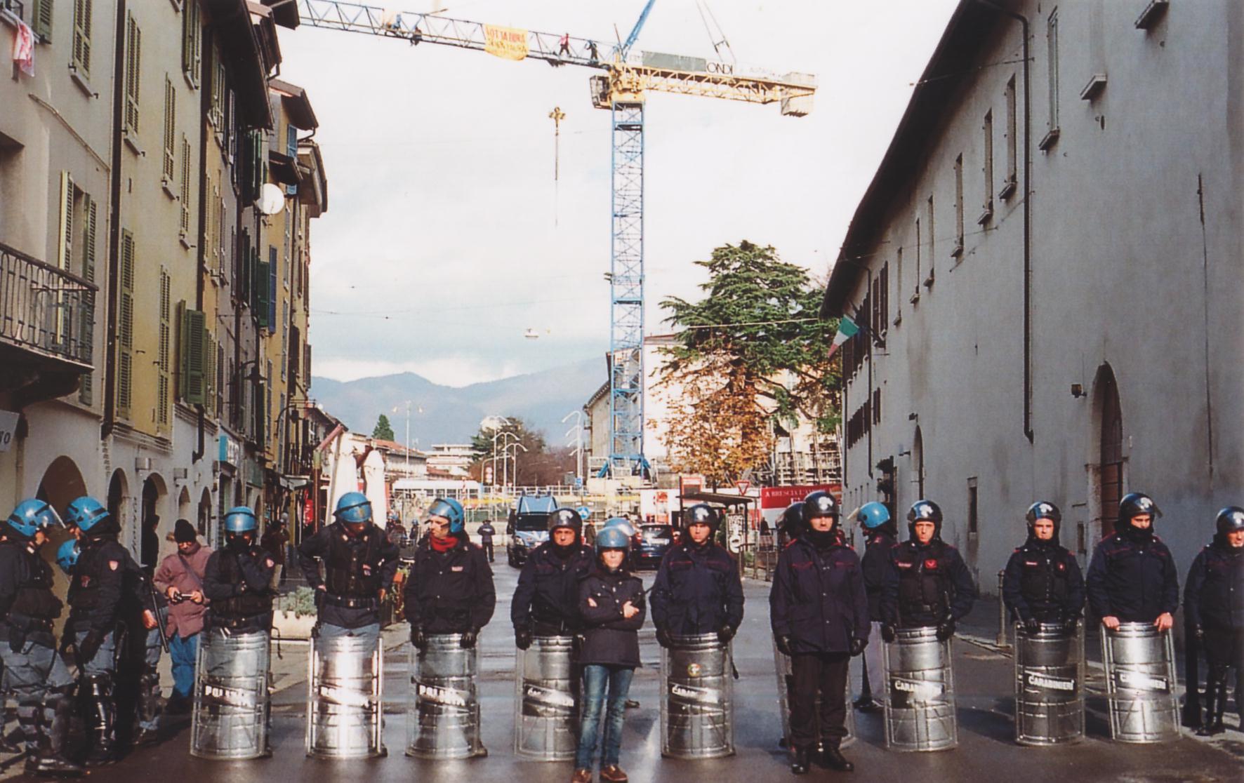 Brescia immigrati gru sanatoria carica polizia sgombero for Polizia di stato permesso di soggiorno brescia