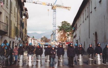 Il cordone di polizia in via S. Faustino (foto bracebracebrace)