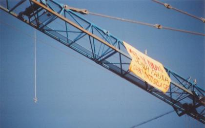 Una corda col cappio pende dalla gru a Brescia (foto bracebracebrace)
