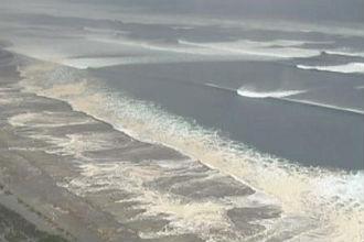 lo tsunami travolge la costa di Sendai