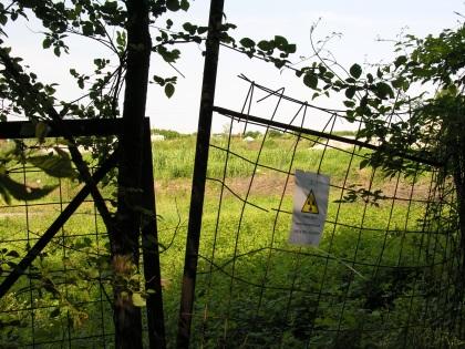 Un varco nella recinzione del sito radioattivo (CCLicence)